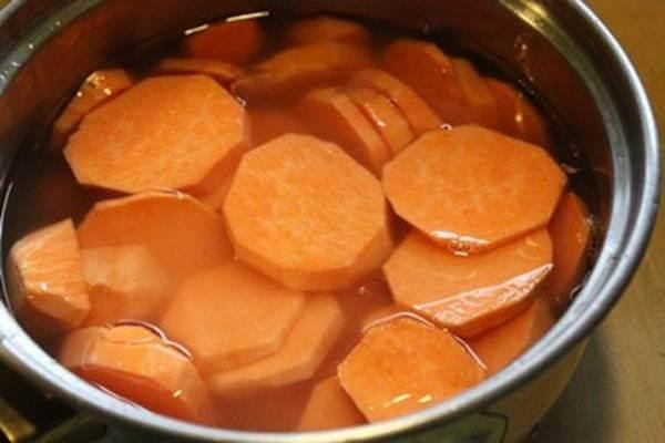 Gọt vỏ và ngâm khoai lang – cách nấu chè khoai lang đậu xanh