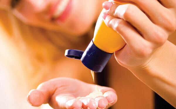 Dùng kem dưỡng ẩm trước kem chống nắng sẽ giúp làn da trở nên đẹp, mịn màng