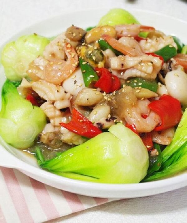 Hải sản xào cải thìa sau khi hoàn thành có màu sắc lôi cuốn và vị ngọt và thanh