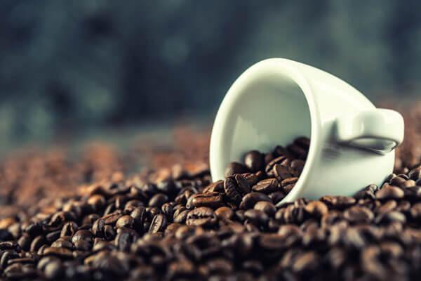 Caffeine là một chất kích thích trung tính và uống quá nhiều sẽ dẫn tới cảm giác bồn chồn (Ảnh: Mashed)