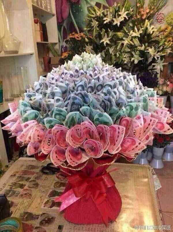 Bó hoa bằng tiền 200k rất đẹp và sáng tạo, thế này thì cũng mất mấy tháng lương rồi.