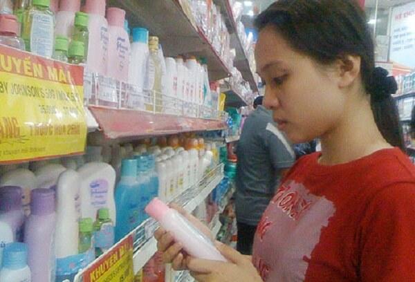 Khách hàng chọn mua dầu gội Johnson & Johnson tại một siêu thị ở TPHCM.