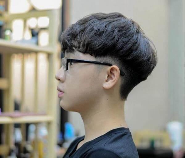 Đây là kiểu tóc Hàn Quốc mà chúng ta dễ bắt gặp ở những cậu bé lứa tuổi thanh thiếu niên