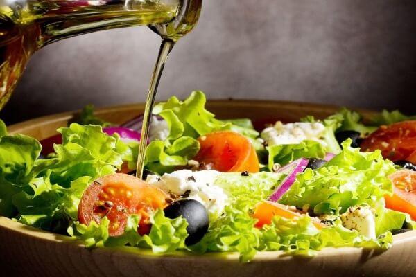 Các loại dầu có nguồn gốc tự nhiên như dầu dừa sẽ cung cấp cho bạn nguồn chất béo được gọi là Medium Chain Triglycerides