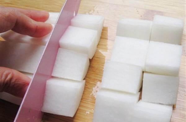 Rửa sạch, gọt vỏ sau đó xắt thành các miếng vuông