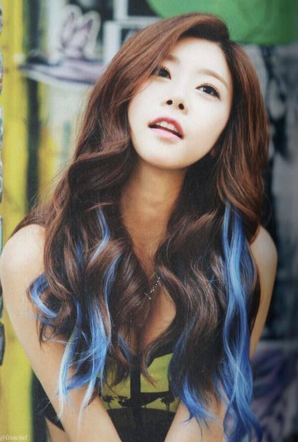 Highlight xanh dương độc đáo kết hợp tóc nâu.