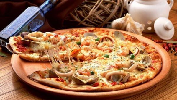 Món Pizza hải sản vàng ruộm, phô mai béo ngậy