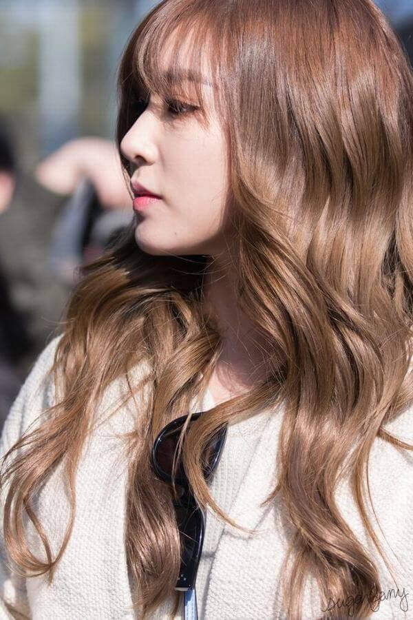 Nhuộm tóc tông vàng nâu có thể nói là cách thay đổi vẻ bề ngoài