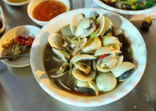 Tuy nằm ở tụ điểm có nhiều quán ăn vỉa hè ngon, quán hải sản này vẫn luôn hút khách.