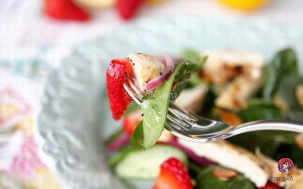 Salad dâu tây rau chân vịt