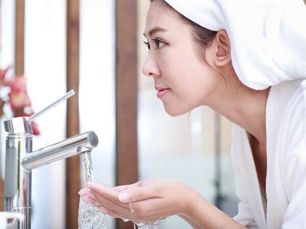 Giải đáp việc rửa mặt bằng nước muối thường xuyên có tốt không, có ảnh hường gì không?