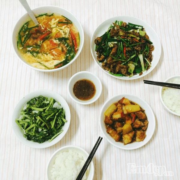Thịt kho tàu, canh trứng cà chua, thịt rang ớt hành, dưa muối ăn rất đưa cơm