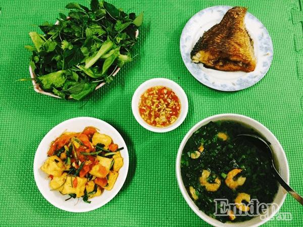 Cá rán giòn ăn kèm rau sống, đậu phụ sốt cà chua, canh rau cải nấu tôm