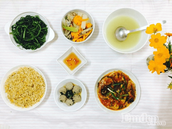 Dù ăn cơm rang cũng phải đủ các món rau, xào, canh mới đủ chất