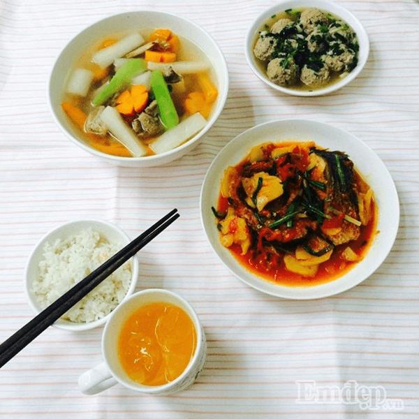 Bữa cơm đơn giản gồm thịt viên, canh xương rau củ, cá kho dứa cà chua thơm ngon