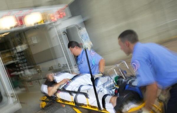 lập tức đưa ngay bệnh nhân tới bệnh viện